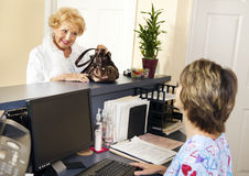 O paciente verific para fora Foto de Stock