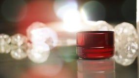O pacote cosmético vermelho disparou em 3 fotos de stock