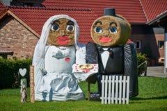 O pacote da palha formou figuras de um par do casamento Foto de Stock Royalty Free