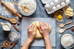 O padeiro amassa ingridients da receita do pão, da pizza ou da torta da massa com mãos, configuração do plano do alimento Foto de Stock Royalty Free