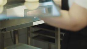 O padeiro amassa a massa para o cozimento do pão filme