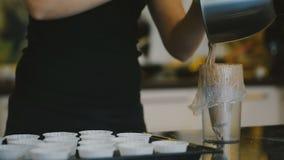 O padeiro apresenta a massa no saco repartido na cozinha dentro filme