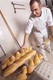 O padeiro faz o pão Foto de Stock