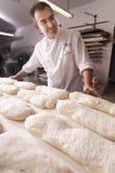 O padeiro faz o pão Fotografia de Stock Royalty Free