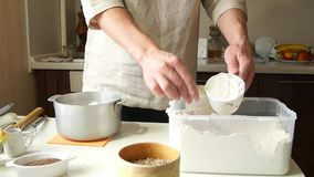 O padeiro masculino prepara-se para cozer o pão filme