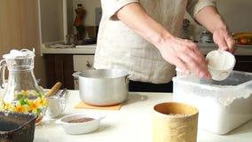 O padeiro masculino prepara-se para cozer o pão, cozinheiro chefe do russo video estoque