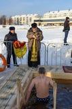 O padre consagra o furo do gelo no dia do esmagamento Rússia Imagens de Stock Royalty Free