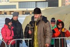 O padre consagra o furo do gelo no dia do esmagamento Rússia Fotografia de Stock Royalty Free