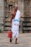 O padre do brâmane entra no templo de Nataraja Imagens de Stock