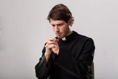 O padre está rezando foto de stock