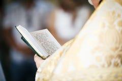 O padre leu o oração-livro Foto de Stock