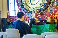 O padre reza no ritual budista do templo de Tsukiji Honganji no Tóquio, Japão o 18 de outubro de 2016 Fotos de Stock