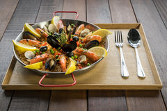 O paella com vegetais e açafrão do marisco serviu na bandeja tradicional Fotos de Stock Royalty Free