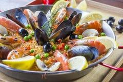 O paella com vegetais e açafrão do marisco serviu na bandeja tradicional Fotografia de Stock