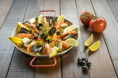 O paella com vegetais e açafrão do marisco serviu na bandeja tradicional Fotografia de Stock Royalty Free