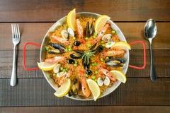 O paella com vegetais e açafrão do marisco serviu na bandeja tradicional Imagem de Stock Royalty Free