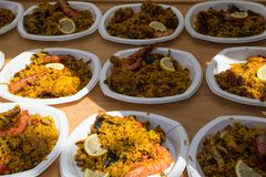 O paella pronto espalhou para fora em placas plásticas para a distribuição imagens de stock royalty free