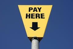 O pagamento aqui assina Imagens de Stock