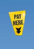 O pagamento aqui assina, isolado Imagens de Stock Royalty Free