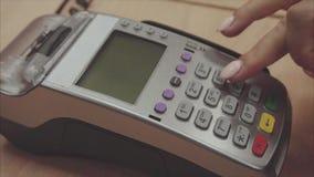 O pagamento com cartão de crédito do furto da mão do ` s da mulher no terminal da posição e empurra os botões video estoque