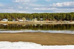 O pagamento da casa de campo no rio Imagens de Stock