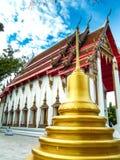 O pagode é ao lado da igreja dourada, Wat Nakhon Sawan, Tailândia imagem de stock