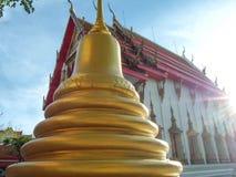 O pagode é ao lado da igreja dourada, Wat Nakhon Sawan, Tailândia imagens de stock royalty free