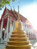 O pagode é ao lado da igreja dourada, Wat Nakhon Sawan, Tailândia imagens de stock