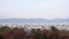 O pagode bonito de Otowa-san Kiyomizu-dera com arquitetura da cidade aérea de Kyoto na cor da queda vídeos de arquivo