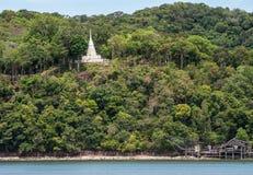 O pagode branco na montanha Laem canta no estuário Laem canta Fotografia de Stock Royalty Free