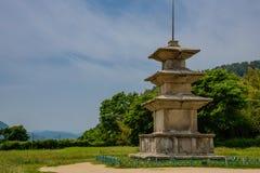 O pagode de pedra de 3 andares antigo do local do templo de Gameunsaji na cidade de Gyeongju, Coreia do Sul foto de stock