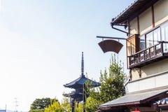 O pagode de Yasaka é um pagode da cinco-história Este é o último resto do templo de Hokanji em uma rua tradicional na vila velha imagem de stock