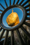 O pagode dourado da rocha no estado de segunda-feira de Myanmar imagens de stock