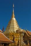 O pagode dourado no céu azul Fotos de Stock Royalty Free