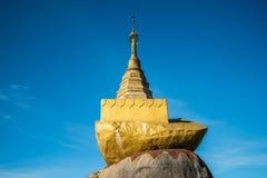 O pagode dourado pequeno da rocha fotografia de stock