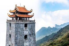 O pagode e o pavilh?o de pedra no templo no pico de montanha de Fansipan a montanha a mais alta em Indochina foto de stock royalty free