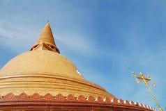O pagode grande do ouro em Tailândia Fotos de Stock Royalty Free