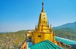 O pagode principal de Popa Taung Kalat Monastery, Myanmar imagens de stock royalty free