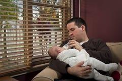 O pai alimenta seu filho Imagem de Stock Royalty Free