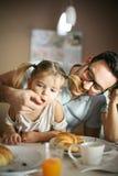 O pai alimenta sua filha imagens de stock royalty free
