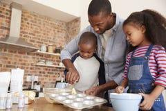 O pai And Children Baking endurece na cozinha junto imagens de stock