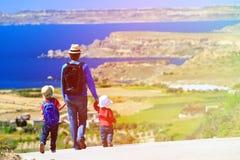 O pai com duas crianças viaja na estrada cênico Fotos de Stock