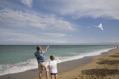 O pai com a mosca do filho um papagaio Fotografia de Stock Royalty Free