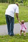 O pai conduz a filha Fotografia de Stock