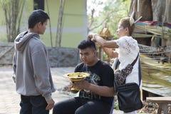 O pai cortou o cabelo de seu filho antes da classificação cer da monge budista Imagem de Stock Royalty Free