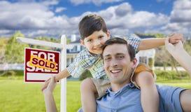 O pai da raça misturada, reboque do filho, parte dianteira da casa, vendeu o sinal Foto de Stock Royalty Free