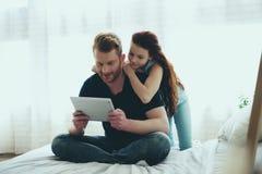 O pai de cabelo vermelho e a filha adolescente estão olhando foto de stock