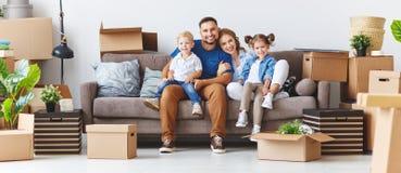O pai e as crianças felizes da mãe da família transportam-se ao apartamento novo imagem de stock royalty free