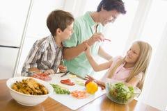 O pai e as crianças preparam a refeição de A Fotos de Stock Royalty Free