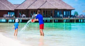 O pai e a criança que jogam com praia brincam em férias de verão Imagens de Stock